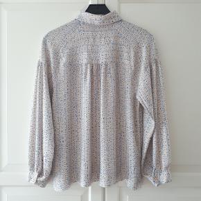 Skjorte fra second female i størrelse s.  Brugt få gange og fremstår derfor som ny.  Handel gennem trendsales handels system.