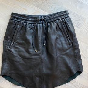 Brugt meget få gange, Second female skind nederdel. Np var 1300
