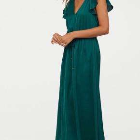 Smukkeste smaragdgrønne kjole fra H&M. Gulvlang og med sommerfugleærmer 🦋 Brugt 1 gang. Sælges stadig i butikkerne til 350 kr.