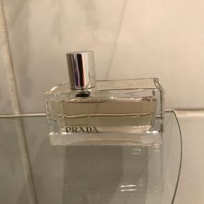 Prada Tender 50 ml lækker duft der er udgået og næsten umulig at opdrive . Den er brugt 2 gange og stadig helt fuld . Fejler intet 🤗 Bytter ikke