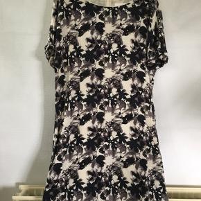 Fin kjole fra In Wear i farverne brun og sort på cremefarvet bund.