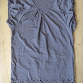 Supersexet kort kjole - eller tunika - fra Saint Tropez str XL.  Lidt flagermuse-ærmer, der giver ekstra centimeter til en stor barm.  Brystmål: 60 cm x 2 Livvidde: onesize Længde: 95 cm  Sexy grå tunika kjole m blomster udskæringer! Farve: Grå