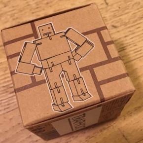 Cubebot areaware David Weeks Studio, trærobot af træklodser og elastik. Ny - stadig i æske. Pakket i æsken måler den 4,5x4,5cm. 50kr Kan hentes Kbh V eller sendes for 40kr DAO