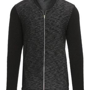 Varetype: Sweatshirt med lynlås NY Farve: Sortmeleret Oprindelig købspris: 600 kr.   Fed Sweatshirt  Str M  Aldrig brugt