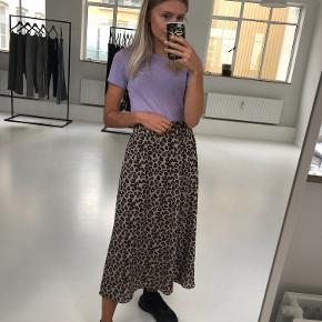 OBS! Privatbeskeder og kommentarer besvares ikke.  Flot, lang nederdel fra Envii i leopardprint med elastik i taljen. Nederdelen er en str. S og er i rigtig god stand.