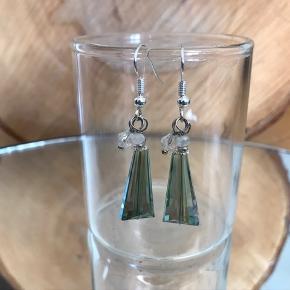 Smukke håndlavede nikkelfrie øreringe i krystal glas.   Dråberne er lidt store, men er ikke for tunge.  Fragt: 10,- med postnord/mobilepay eller dao/ts