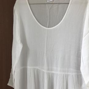 Hvid kjole som ny   Kan afhentes i København K eller sendes gennem handel på Trendsales 🌸  Se også mine andre annoncer  🌸