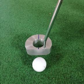 Golf putter, som nemt opsamler bolden, direkte fra hullet. Super smart julegave til golfspillere.  Alle puttere er håndlavet og nummeret.   700 kr pr. Stk eksl. Fragt  Læs mere og se videoer på Hole In One Golf Putter på Facebook