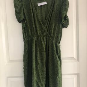 Super fin kjole fra ganni med plads til bælte i livet  Grøn med sorte prikker