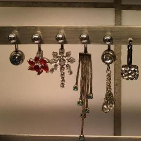Varetype: Navlepiercing Størrelse: 2-5/5 cm Farve: Blå,      Stål,      Sølv,      Rød,      Turkis  Stave til navlen i stål.  Ts pay. 1 stk 50kr 3 stk 125kr  Fra venstre  - med blå sten  ( stav: 1 cm, smykket er 2 cm ) - med rød blomst ( stav : 1,5 cm, smykket er 2,5 cm ) - med similisten  ( stav: 1 cm, smykket er 3 cm ) - med turkise sten  ( stav: 1 cm, smykket er 5,5 cm ) - med 'dråber'  ( stav: 1 cm, smykket er 4 cm )  -øreringe m similisten -øreringe (925) -ørestikker m lille diamant.