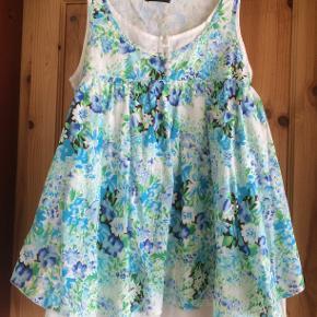 Super flot sommeroverdel,i to lag. Kan anvendes som kjole, top, eller tunika. Mrk er Archives.