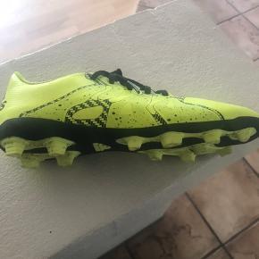 Neon gule  Adidas fodboldstøvler str. 36 2/3. Brugt meget få gange. Ingen slitage. Kr. 75 pp.