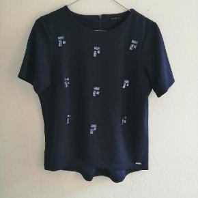 Mørkeblå tshirt fra Mohito med perler