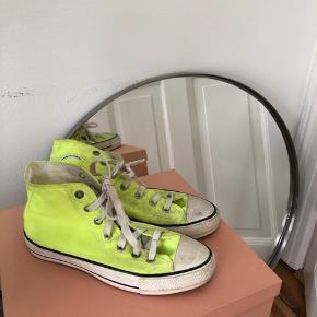 """Neongule Converse  Meget slidte i """"stoffet"""" men ikke i selve sålen. Den ene mangler det runde logo på siden.  Hent på Nørrebros Runddel"""