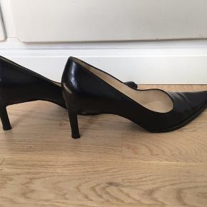 Flotte sorte læder pumps fra Alberto Zago i str. 35,5. Skoene er købt i Scarpa i København. Skoene er brugt 3-4 gange og er i fin stand.