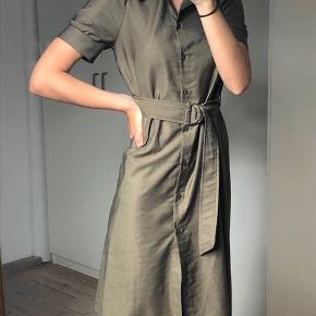 Brugt en enkelt gang. Lækker oliven grøn/army grøn kjole, størrelse 34 men ville også passe en størrelse 36