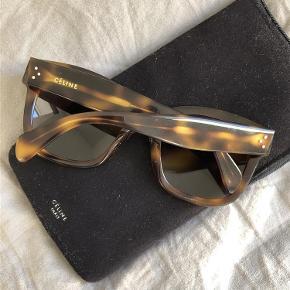 Varetype: solbriller Størrelse: alm. Farve: Brun Prisen angivet er inklusiv forsendelse.  Små ridser på glasset, ikke noget man ser tydeligt men sælges derfor billigere. Mp 1000kr inkl fragt.
