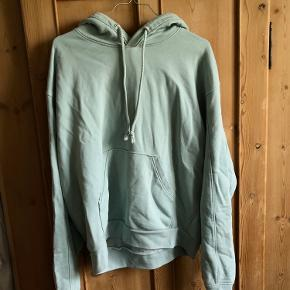 Lækker hoodie fra weekday med få tegn på slid. Størrelse xs, men fitter oversize.