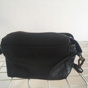 Praktisk lille taske, da der er godt med plads i den. Har været en tro følgesvend i lang tid, men nu får jeg den ikke brugt længere.