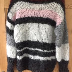 Håndstrikket sweater strikkes efter dit ønske.