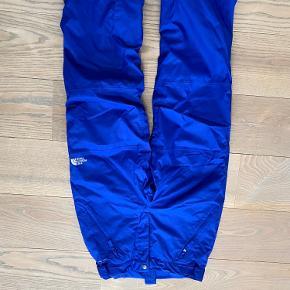 Et rigtig flot sæt The North Face skitøj/vintertøj. Det er brugt på en ski ferie (1 uge), men der er ingen tegn på slid eller skader. Fremstår derfor helt nyt. BYD men gør det realistisk