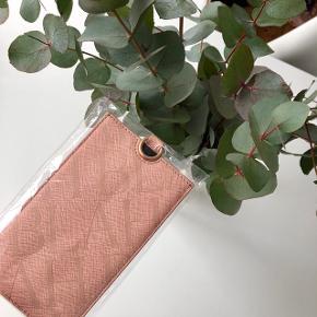 """""""iPhone Pouch Powder"""" mobil taske i den fineste rosa farve & Magasin logo i guld skrift 🐷   Byd gerne kan både afhentes i Århus C eller sendes på købers regning 📮✉️"""
