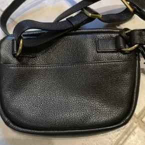 Ny bumbag / Sling bag i ægte læder. Længde 23 cm Højde 15 cm Bredde 5 cm  Nypris 999kr Forsendelse 39 kr med DAO