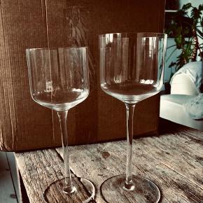 12 stk rødvinsglas og 12 stk hvidvinsglas i mærket Gunther Lambert.  Originalpris for et rødvinsglas var 275kr Originalpris for et hvidvinsglas var 245kr  #trendsalesfund  Søgeord:  Krystalglas Rødvin Hvidvin Glas Rødvinsglas Hvidvinsglas Design Luksus Krystal 12 stk   Sælges samlet til virkelig god pris på 2200kr  Alle glas er intakte!   Bud er velkommer!