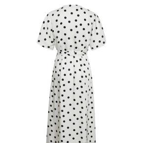 Smuk kjole fra Gestuz. Brugt få gange og fremstår i virkelig flot stand.