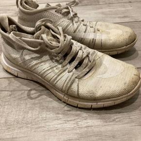 Sportssko, Nike, str. 42,5, Hvid  Slidte og beskidte.  Meget af det tøj jeg sælger, er aldrig blevet brugt. Det har ligget pakket ned i kasser.  Spørgsmål? Skriv endelig: 41 42 41 94  •Se mine andre annoncer•