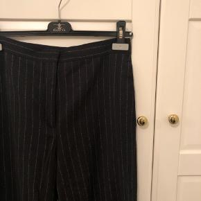 Nålestribede bukser i uld med en smule vidde i benene. Str. 36. ✨ #30dayssellout