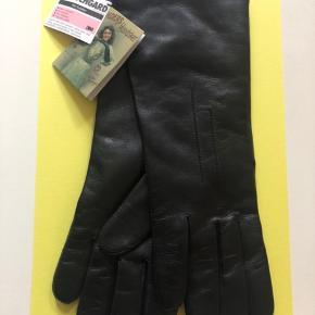 Smukke Randers handsker i sort læder. Aldrig brugt. Prismærke sidder stadigt på. Bon haves ikke længere. Størrelse 7 1/2. 29 cm fra langefinger til der hvor den vil stoppe op ad armen.