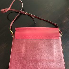 Smukkeste Chloé taske i modellen 'Faye.'  Det er størrelse L: 32 cm b, 26 cm høj og 4 cm dyb. Den er brugt få gange og som ny indeni uden pletter. Kan også bruges crossbody.