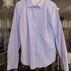 Fin skjorte, som har lidt form efter taljen 😊 den er desuden lidt lille i str, jeg vil mene den passer en str 36-38
