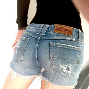 Denim shorts i perfekt stand. Købt i New York. Passer en Small.