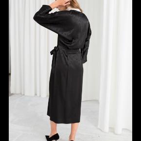 Fin satin kjole fra &OtherStories. Kjolen er aldrig brugt. Str. 38. Se også mine andre annoncer 🍁🍂🍊