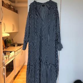 Den fineste oversize kjole fra Wiesneck i hvid og mørkeblå stribet. Nypris 1299kr og i pæn stand. Str. 40 og i 100% viskose.