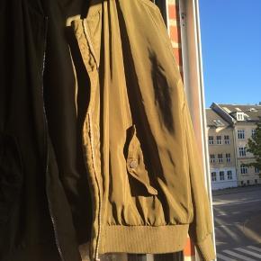 Bomber jakke fra Gina tricot i str 42. Har selv brugt den som en oversize. Ærmerne passer fint