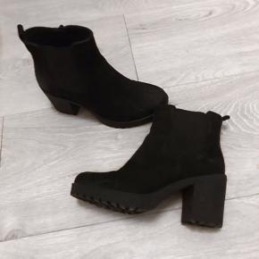 Sælger disse lækre vagabond støvler i en str 36. Skoen er lavet af noget alla ruskind måske?🤷🏼♀️ Har ikke gået i dem særlig mange gange, da de er købt for små...  PRISEN ER FAST