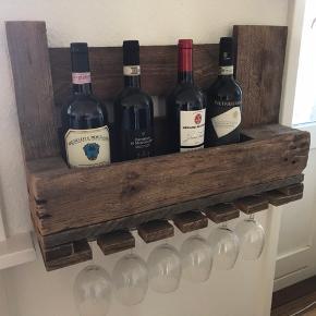 Vinreol, hjemmebygget ud af europalle. Prisen er for begge.  Der er i alt plads til 8 vinflasker og 10 vinglas.