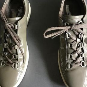Flotte og lækre sneakers. Indvendig sållængde 26 cm. Brugt et par gange.