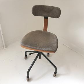 Kontorstol af den danske designer Fritz Hansen. Ryglænet og sædet kan indstilles så den passer i højde og dybde.