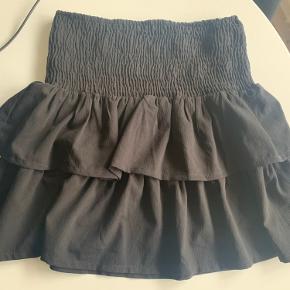 Sort nederdel fra Ichi. Brugt 2 gange. Kan sendes. Køber betaler porto. Byttes ikke.