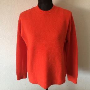 & other stories - sweater Str. S Næsten som ny Farve: rød Lavet af: 42% cotton, 26% acrylic, 25% polyamid, 4% wool og 3% elastane Mål: Brystvidde: fra 112 cm til 122 cm hele vejen rundt Længde: 60 cm Køber betaler Porto!  >ER ÅBEN FOR BUD<  •Se også mine andre annoncer•  BYTTER IKKE!