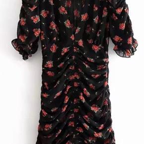 Satinmønstret kjole med rynk