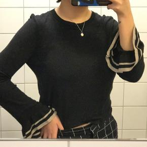 Sort knit top fra Zara 🖤 Langærmet og har de sødeste bell sleeves 😍  Perfekt til vinter ❄️  Den fejler intet og er i god stand! 👌🏼  Prisen er inkl. porto 💸  Sender med DAO 📦