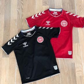 DBU landsholds t-shirts str. 116, fin stand, spiller og målmands trøje, afhentes 6715. 1 stk.100kr. Ved køb af Begge 2 da 175kr.