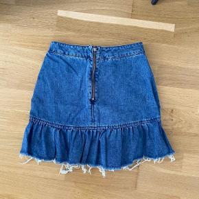 Så fin denim nederdel med peplum. Aldrig brugt   Tjek mine andre annoncer ud☺️ Jeg sælger en masse forskelligt tøj, sko og tasker.  Der gives mængderabat🌸