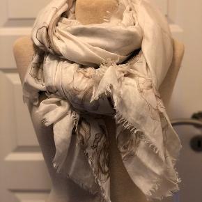 Super flot tørklæde fra Grey Copenhagen. Farven er lys beige med roser i jordfarver. Tørklædet måler ca. 140 x 180 cm.  Byd :-)