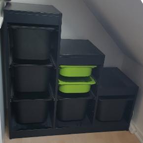 TROFAST Opbevarings reol med kasser. Pæn stand men selvfølgelig med brugs tegn.  Kasserne medfølger.  Målene står på sidste billede.  Og støvet er gratis!